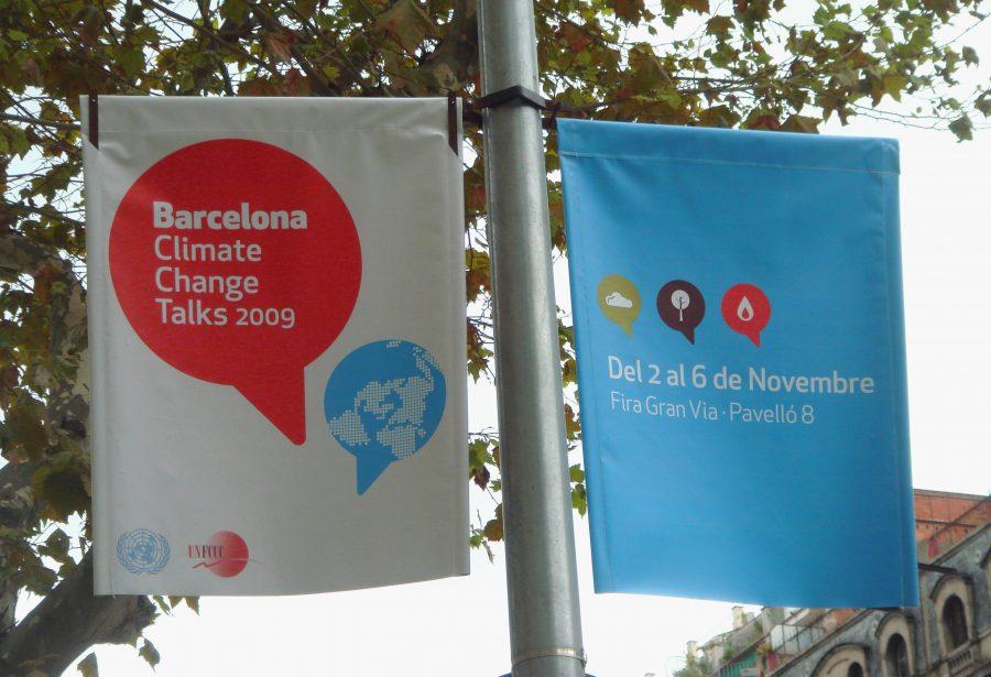 Banderolas en la ciudad de Barcelona con el diseño gráfico Barcelona Climate Change Talks 2009