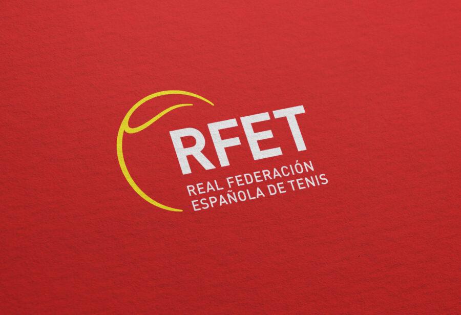 Logotipo RFET sobre fondo rojo.