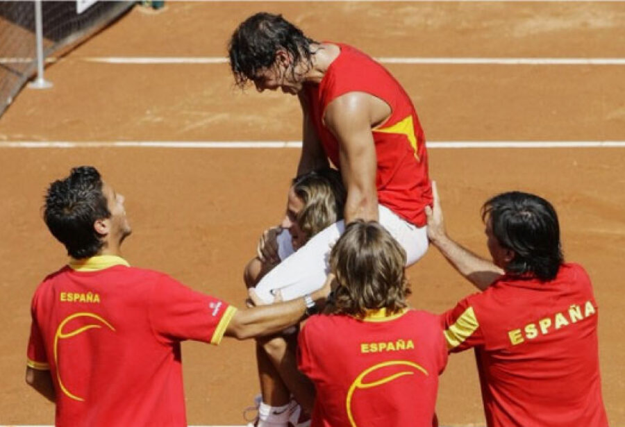 El equipo de la Real Federación Española de Tenis celebrando un triunfo con Rafa Nadal como vencedor