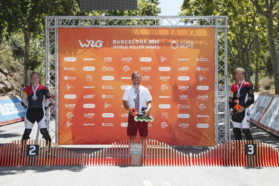 Podiuem y backdrop de los Patinador en descenso por las calles de Barcelona
