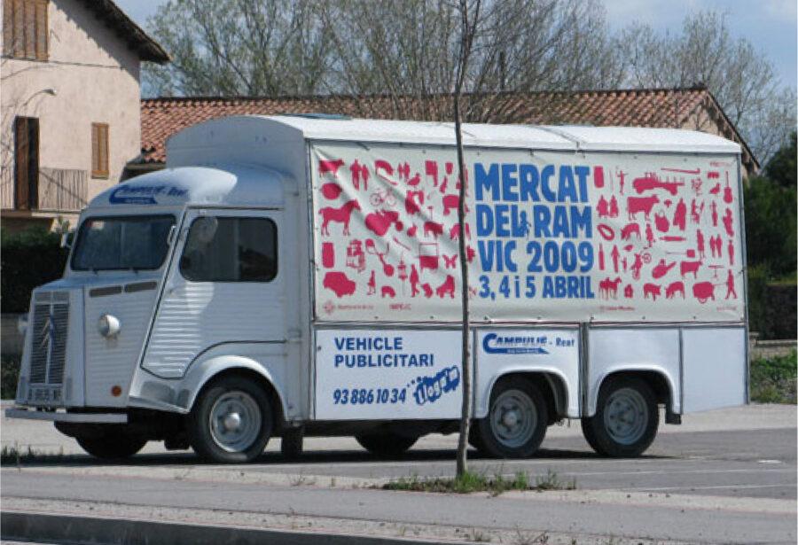Vehículo publicitario con el el diseño del evento