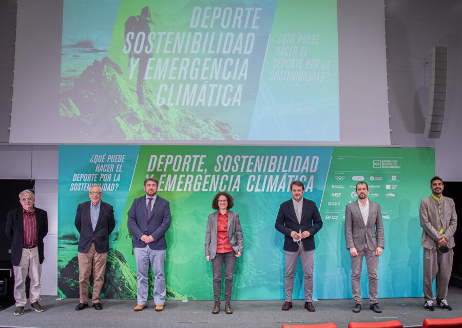 Fotografía de los organizadores y la gráfica de fondo de la conferencia Deporte, Sostenibilidad y Emergencia Climática